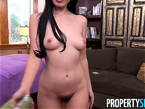 chinese tenant Marica seduces the palace manager