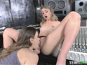 2 teenage damsels licking poon
