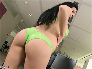 Apple-bottom hoe Aletta Ocean teases everyone with her sugary behind
