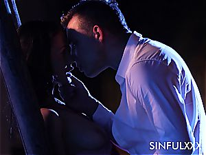 passionate outdoors tryst for a duo that luvs to sneak out