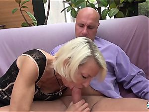 La Cochonne - French mature gets her ass crevasse gaped